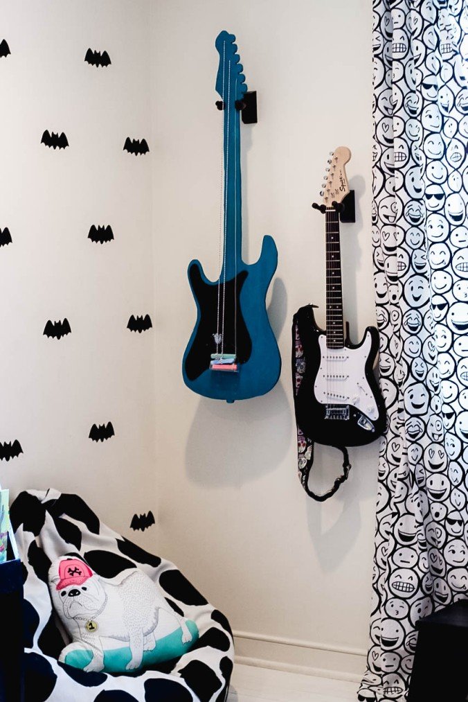 diy-guitar-shaped-chalkboard-with-attached-chalk-10