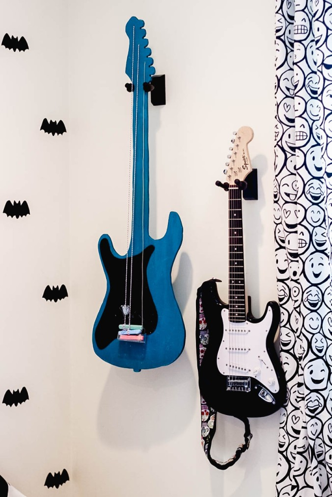 diy-guitar-shaped-chalkboard-with-attached-chalk-11