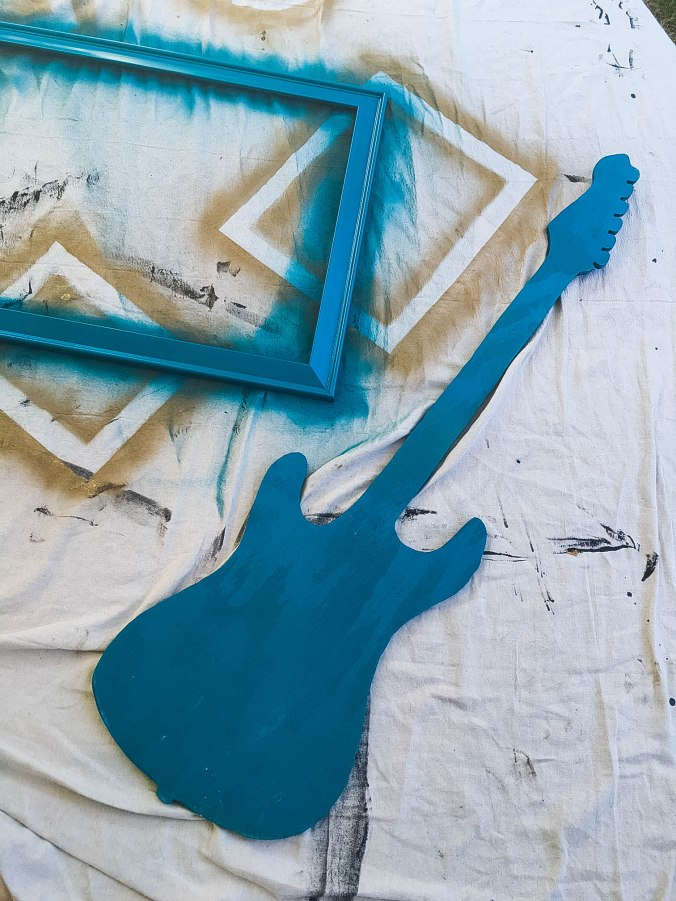 diy-guitar-shaped-chalkboard-with-attached-chalk-4