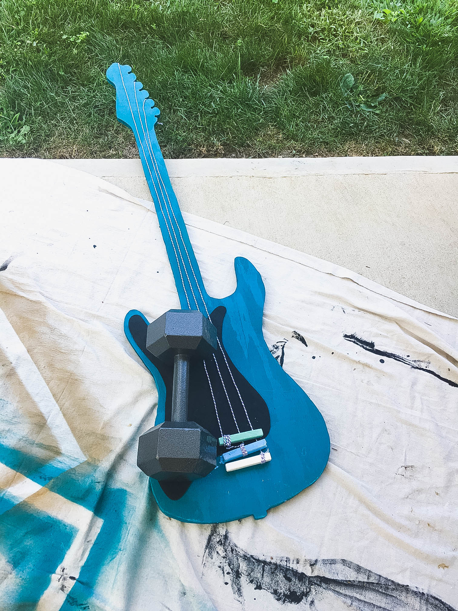 diy-guitar-shaped-chalkboard-with-attached-chalk-6